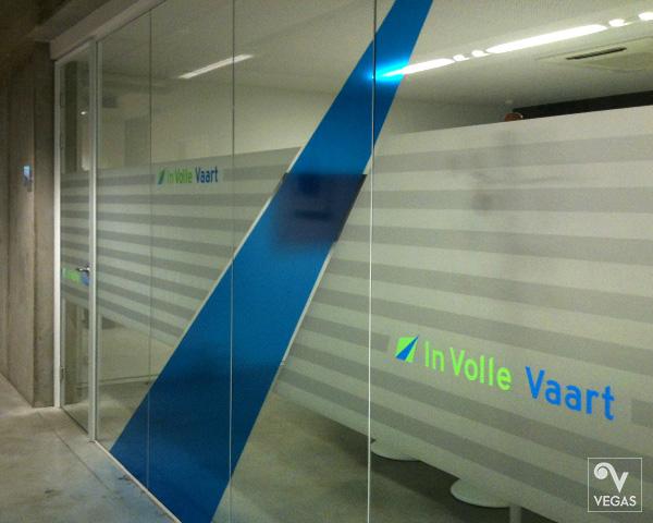 privacy-afscheiding voor vergaderzaal, met zandstraal, transparante folie en belettering
